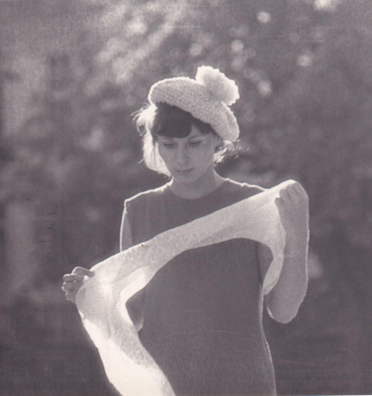 Csont Istvánné, Kézai Simon Program-Fiatal nő kalapban, sállal a kezében, Eger, 1960-1965 közt