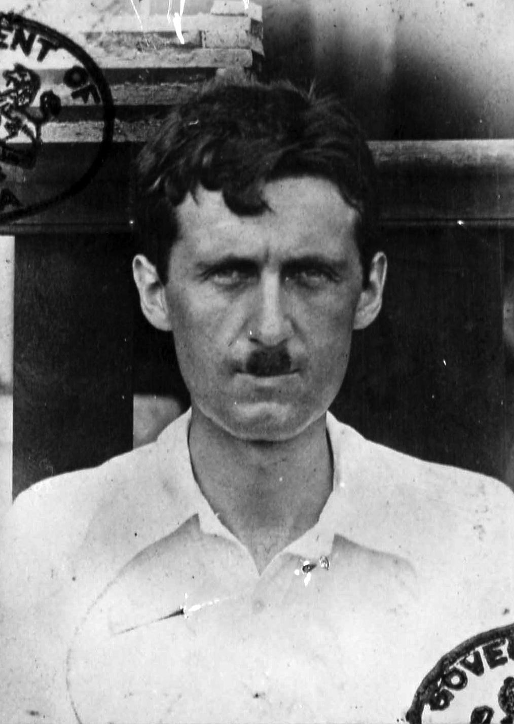Wikipedia-George Orwell burmai útlevélképe, ekkor viselt utoljára fogkefebajuszt