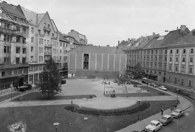 Fortepan / UVATERV-A Szervita (Martinelli) tér, balra a Fehér Hajó utca, jobbra a Bárczy István utca 1963-ban. A játszótér helyén nemrégiben készült el a Szervita Square Building.