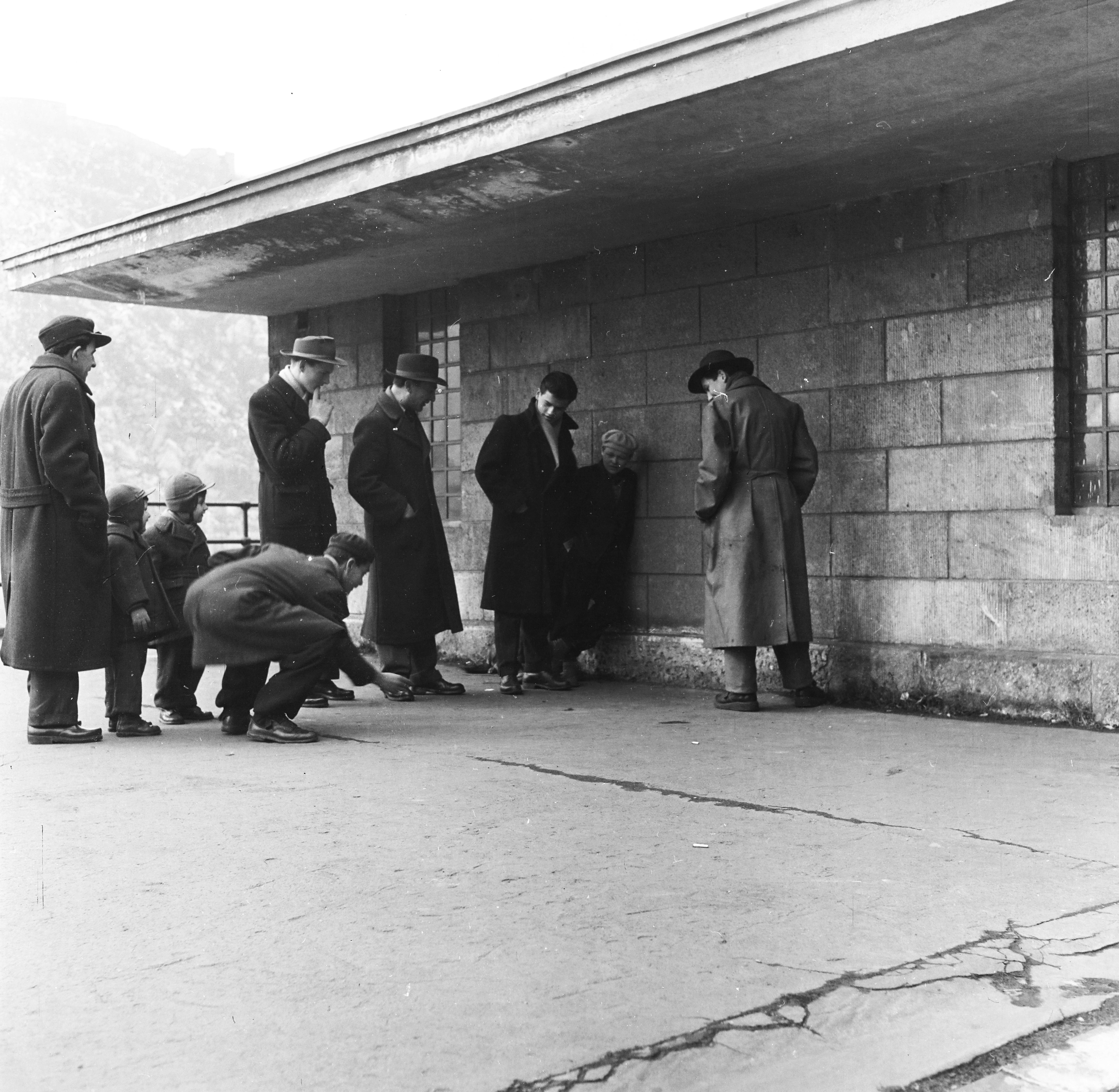 Fortepan / Keveházi János-Snúrozók a nemzetközi hajóállomásnál, a Belgrád rakparton, 1958-ban.