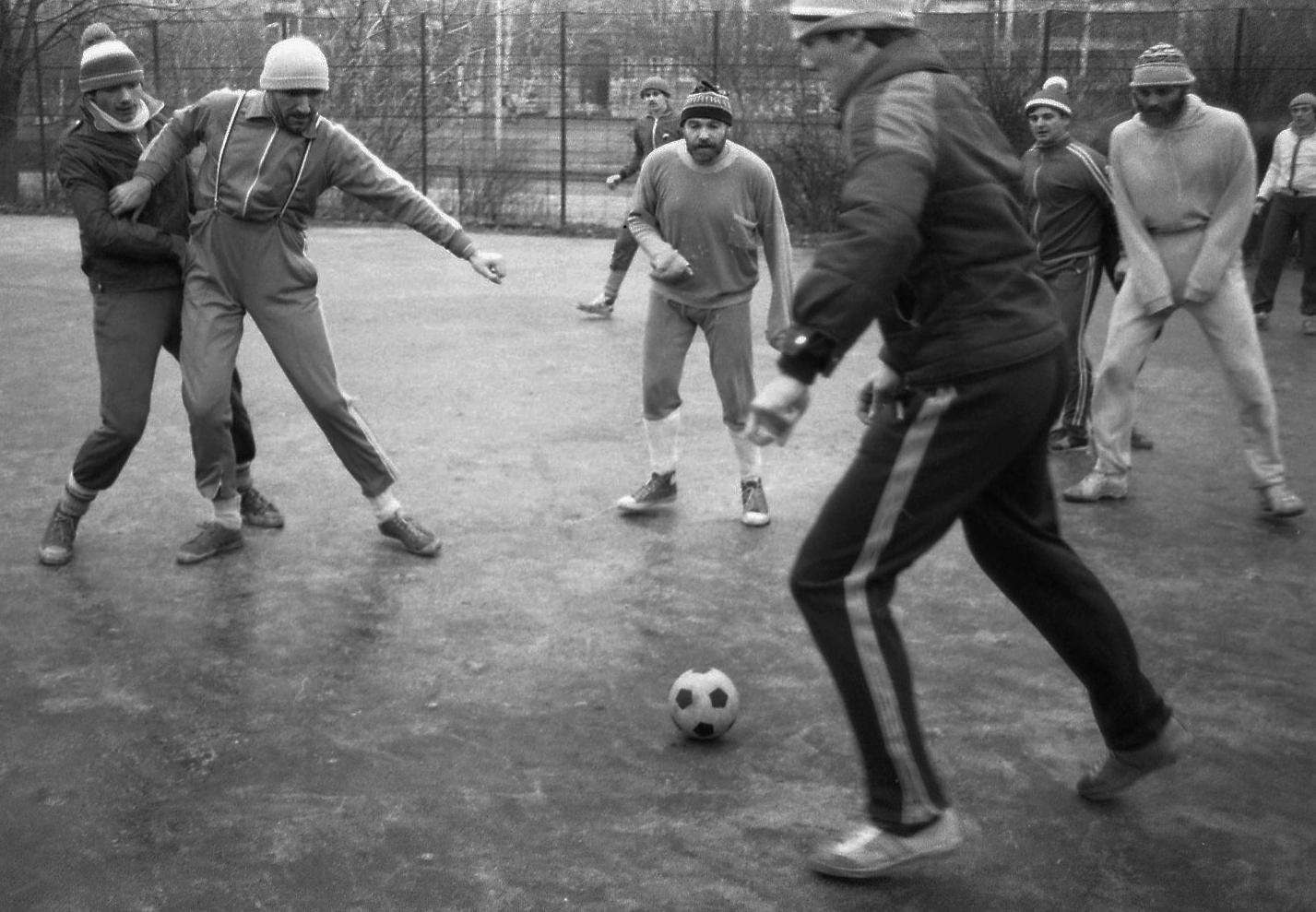 Fortepan / Urbán Tamás-Sportpálya (dühöngő) 1984-ben, a Krisztina körút és a Kereszt utca sarkánál, a Tabánban. Fehér sapkában Eperjes Károly, jobbra világos melegítőben Trokán Péter színművészek.