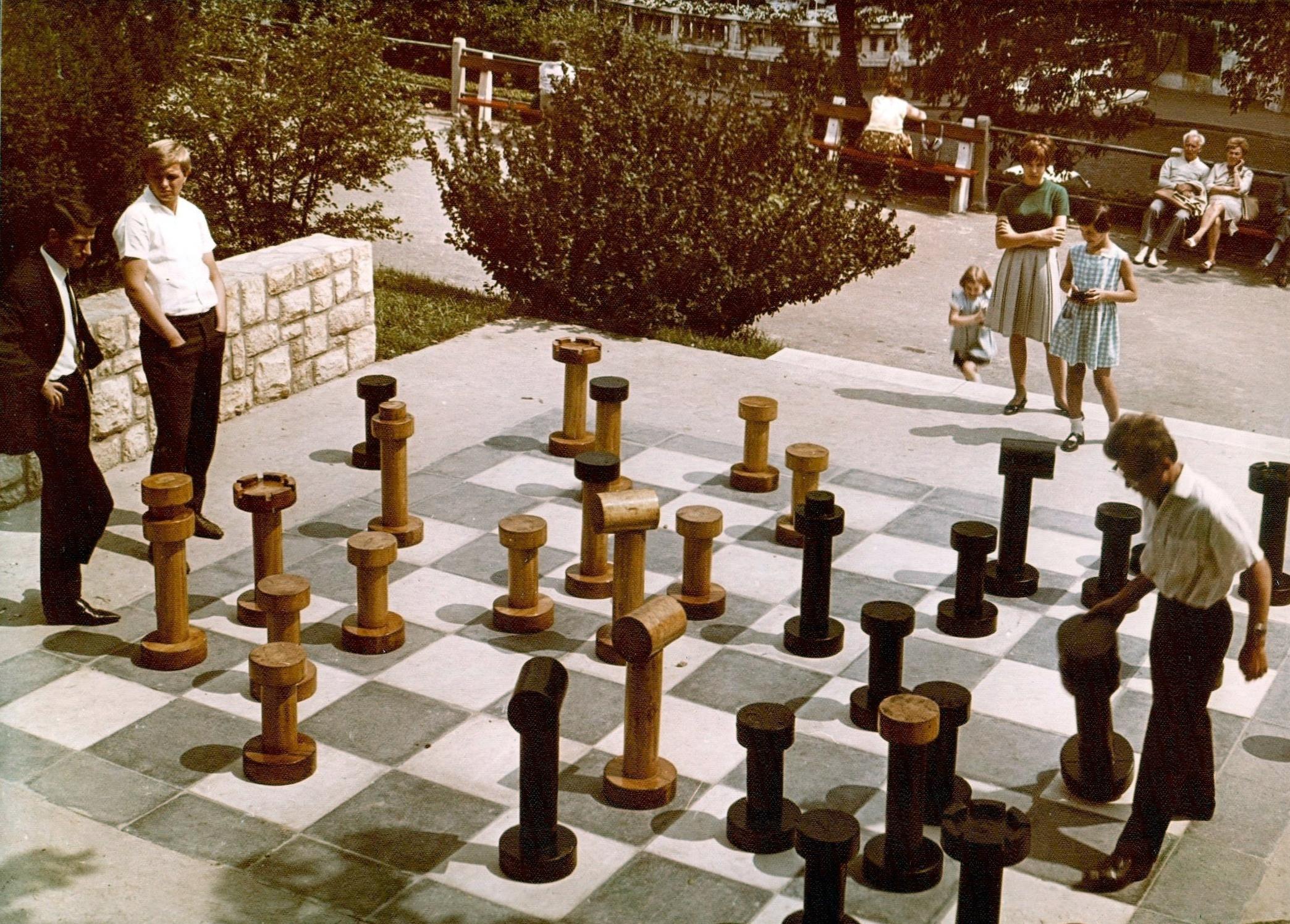 Fortepan / Főkert / Hlatky Katalin-Játszótér a Kelenhegyi útnál, 1972-ben, a háttérben a fák takarásában a Gellért Szálló éttermének terasza és a fürdő bejárata látszik.