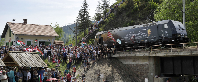 A Székely Gyors Rákóczi-mozdonya befut az ezer éves határhoz Gyimesbükkben a csíksomlyói búcsú másnapján.