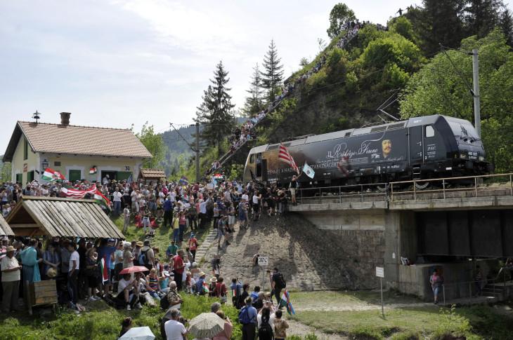 Beliczay László-A Székely Gyors Rákóczi-mozdonya befut az ezer éves határhoz Gyimesbükkben a csíksomlyói búcsú másnapján.