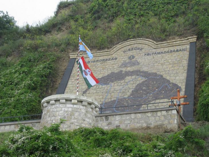 Tokaji Országzászlóért Egyesület-Országzászló és nagy magyarország térkép Tokajban, napjainkban