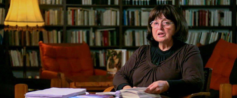 Mezey Katalin saját verseit szavalja