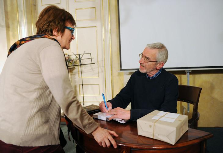 Beliczay László-Bodor Ádám dedikál a 80.születésnapján rendezett ünnepségen