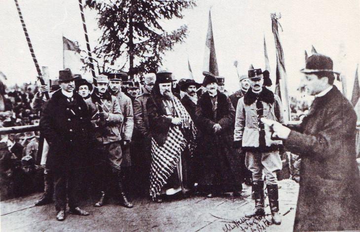 zf.ro-Julius Hossu felolvassa a kiálltvány szövegét Gyulafehérváron 1918-ban