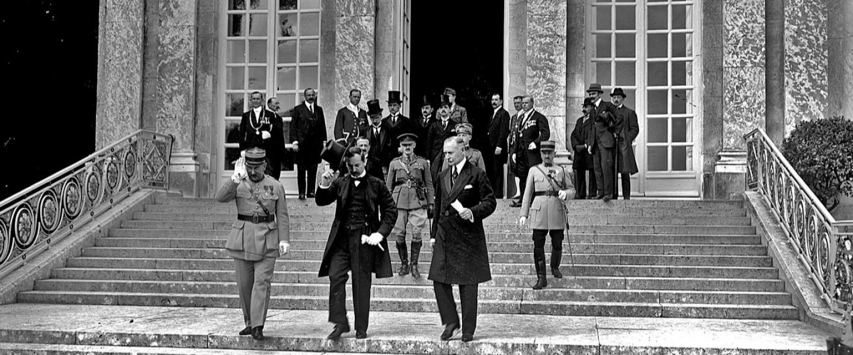 A magyar küldöttség elhagyja a Trianon palotát az aláírás után