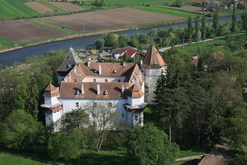 Marosvécsi Kemény Várkastély Facebook oldal-A kastély 2014-ben került újra a Kemény család birtokába