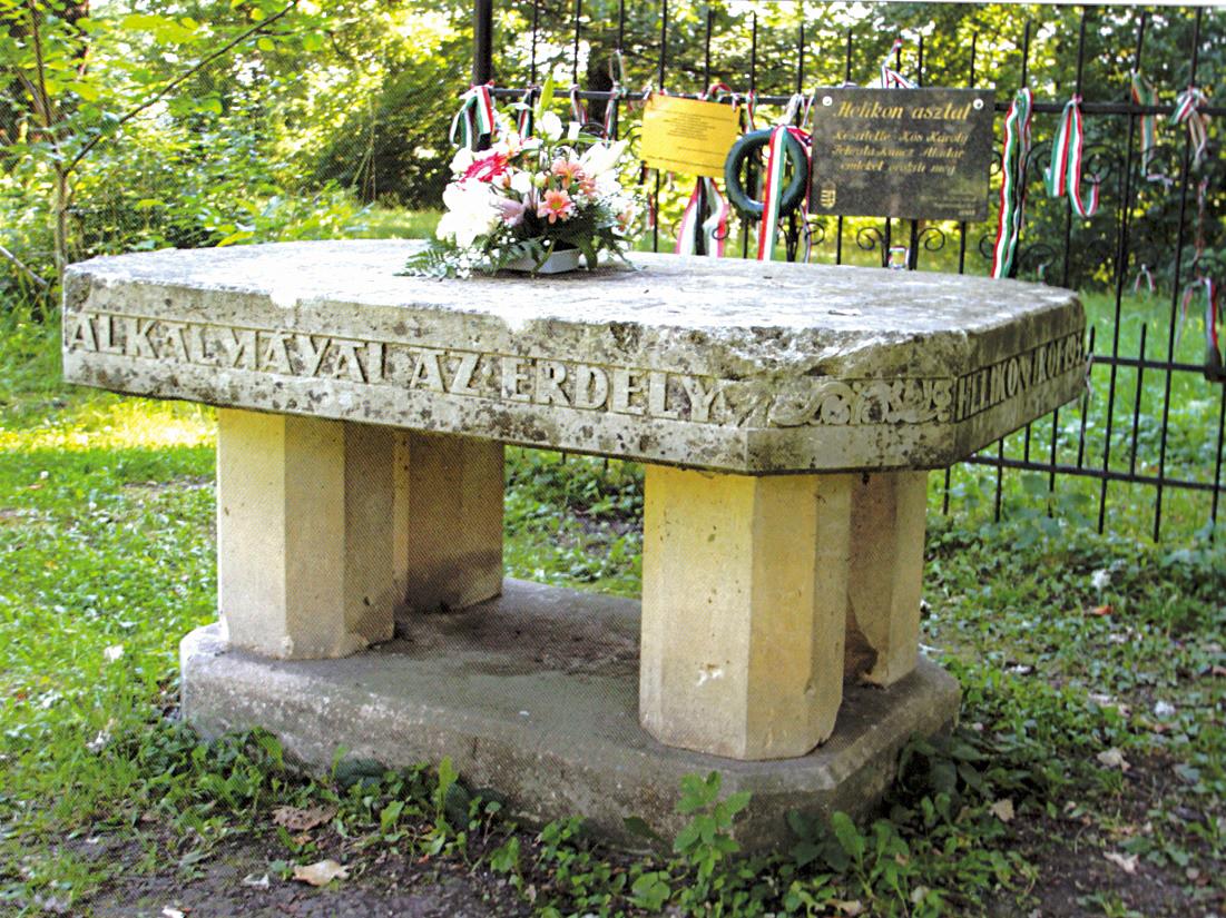 e-nepujsag.ro/Váradi Péter Pál-A Helikon-asztal a kastély parkjában