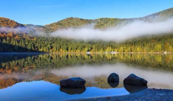 A titokzatos tó, amelyben medvék fürdőznek