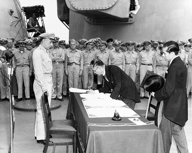 U.S. Army-A japán külügyminiszter, Sigemicu Mamoru aláírja a japán fegyverletételi okiratot a USS Missouri fedélzetén, 1945. szeptember 2.