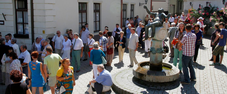 A 41. Tokaji Írótábor résztvevői sétálnak Tokaj főterén a nyitónapon, 2013. augusztus 14-én.