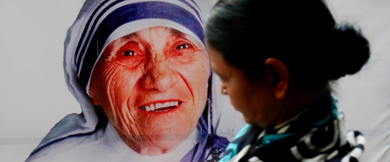 Kalkuttai Teréz anya portréja a Teréz anya által alapított Szeretet Misszionáriusai rendház közelében, a kelet-indiai Kolkatában