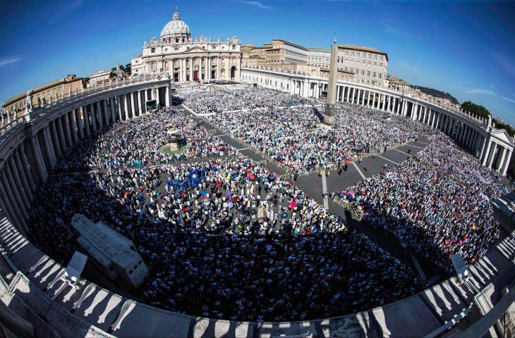 MTI/EPA/Angelo Carconi-Kalkuttai Teréz anya szentté avatása alkalmából Ferenc pápa által tartott ünnepi szentmise a vatikáni Szent Péter téren 2016. szeptember 4-én.