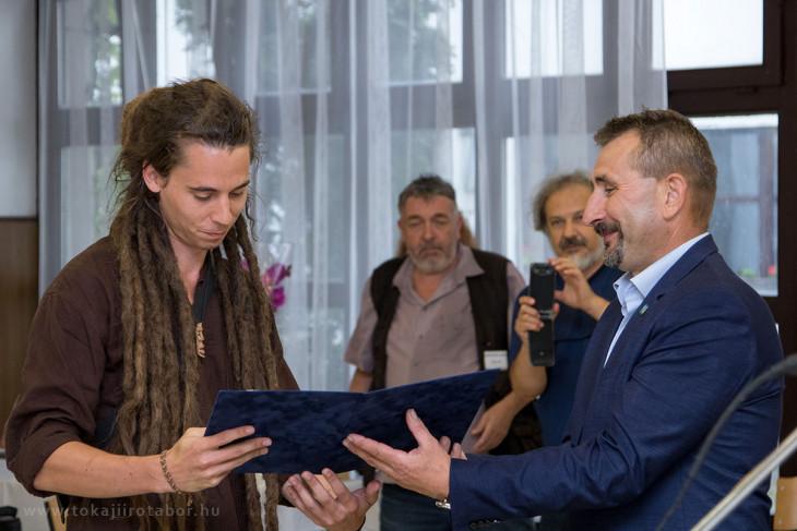 tokajiirotabor.hu-Bék Timur átveszi a Debüt-díjat a Tokaji Írótáborban.