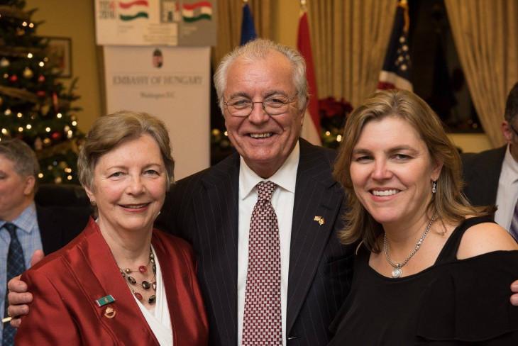 Amerikai Magyar Koalíció-Andrea Lauer Rice szüleivel a washingtoni magyar nagykövetség karácsonyi rendezvényén.