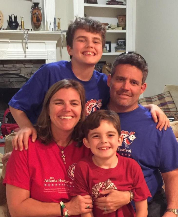 Amerikai Magyar Koalíció-Andrea Lauer Rice családja körében az atlantai magyar fesztivál után.