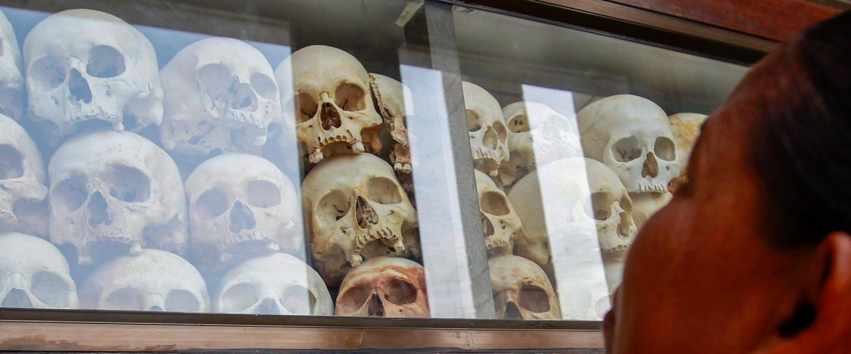 A vörös khmer rezsim áldozatainak koponyái a népirtás áldozatainak múzeumában a Phnom Penhtől nyolc kilométerre lévő Csung Ekben