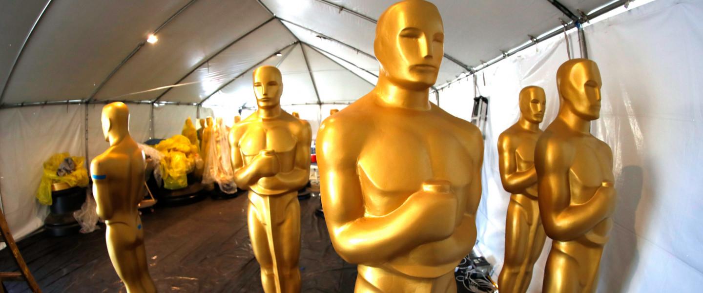 Oscar-díj gála ünnepsére váró dekorációs szobrok Los Angelesben.