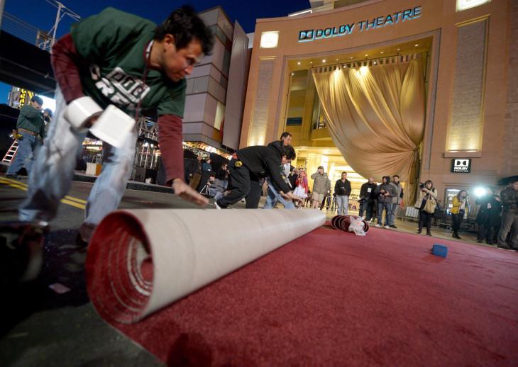 MTI/EPA/Roland Schlager-Az Oscar-díjak átadási ünnepségére készülve vörös szőnyeget terítenek le a Los Angeles-i Dolby Színház bejárata előtt