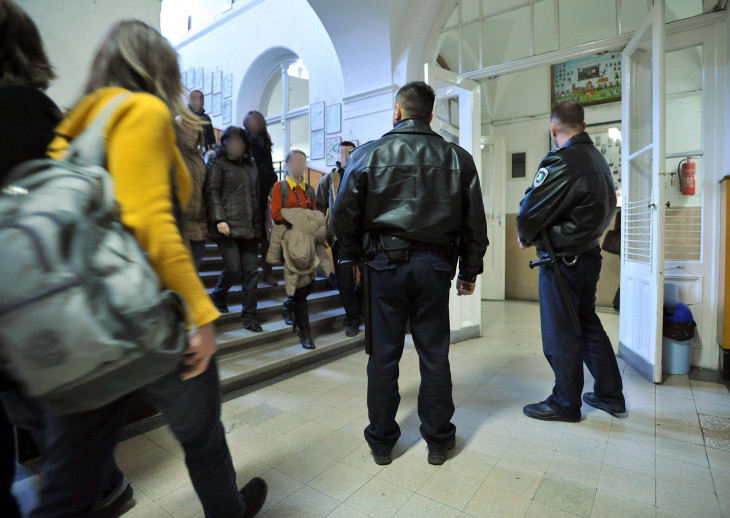 MTI/Kovács Tamás-Rendőrök ellenőrzik a folyosót a szünetben a székesfehérvári Árpád Szakképző Iskola és Kollégium Szent István Szakképző Iskolájában 2010-ben. A sorozatos rendbontások miatt a hatóság segítségét kérte az oktatási intézmény a fegyelem megszilárdításában.