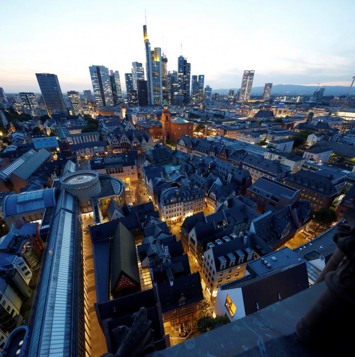 DomRömer GmbH-Az újjáépült óváros, háttérben Frankfurt üzleti negyedével