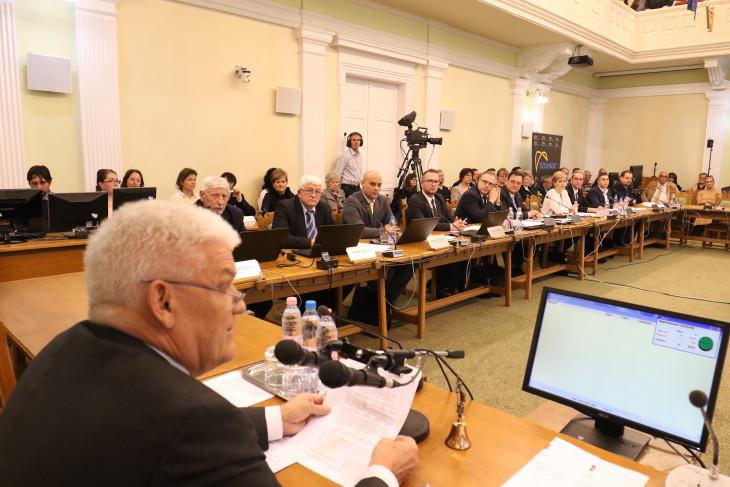 szoljon.hu-Szolnok város közgyűlése a városházán