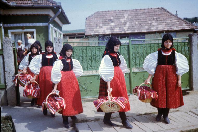 Hagyományok Háza, Folklórdokumentációs Könyvtár és Archívum-Széki lányok kosárral. Szék, 1960-70-es évek