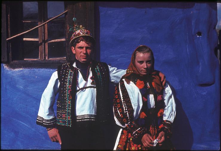 Hagyományok Háza, Folklórdokumentációs Könyvtár és Archívum-Legény és lányka viseletben a ház előtt. Avas, 1970-80-as évek