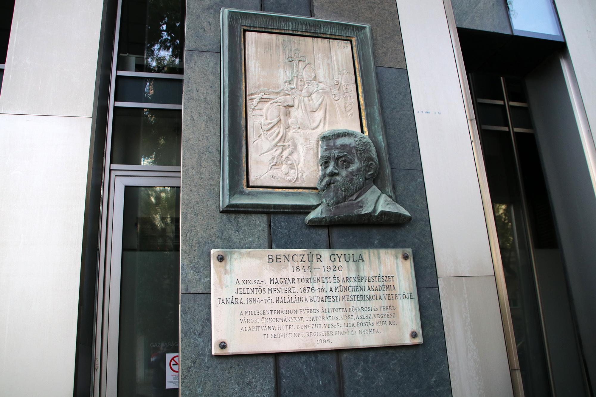 Hajónapló-Benczúr Gyula emléktáblája a róla elnevezett utcában