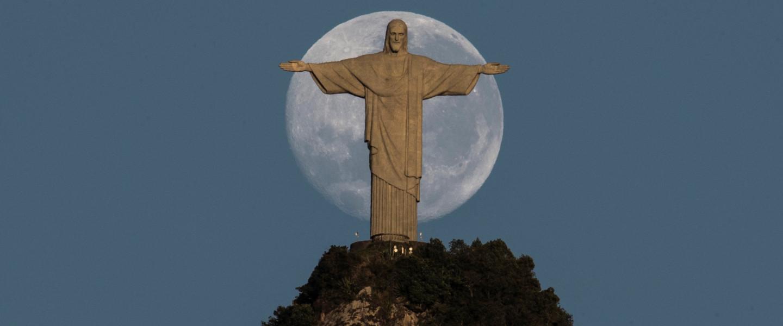 A Hold és a Megváltó Krisztus szobor Rio de Janeiroban.