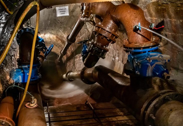 Nyírő András-Hatalmas csöveken szivattyúzzák ki az ivóvizet a föld gyomrából