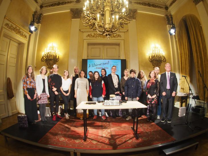 -Irodalmi Jelen-est: A költészet trendi, középiskolásoknak kiírt pályázat győzteseivel és a lap szerkesztőivel
