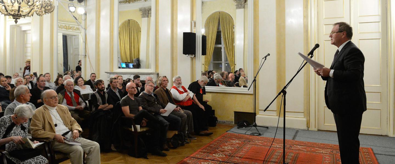Böszörményi Zoltán főszerkesztő köszöntőt mond az Irodalmi Jelen folyóirat alapításának tizenötödik évfordulóján tartott esten a Petőfi Irodalmi Múzeumban 2016. október 4-én.