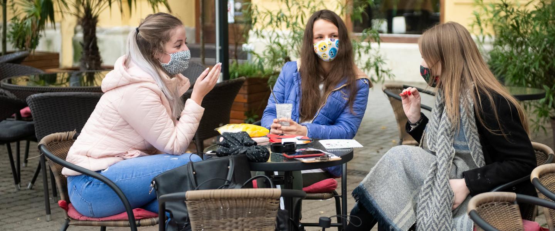 Védőmaszkot viselnek egy kávézó vendégei a koronavírus-járvány második hulláma miatt Nyíregyházán 2020. november 2-án.