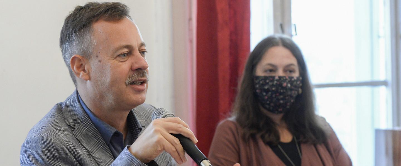Révész Máriusz aktív Magyarországért felelős kormánybiztos (b) és Erős Kinga, a Magyar Írószövetség elnöke sajtótájékoztatón ismerteti az irodalmi pályázati programot a Magyar Írószövetség székházában 2020. november 9-én.