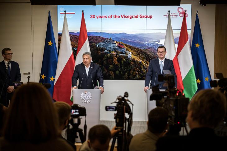 MTI/Miniszterelnöki Sajtóiroda/Benko Vivien Cher-Orbán Viktor magyar (b) és Mateusz Morawiecki lengyel kormányfő sajtótájékoztatót tart az Európai Unió brüsszeli csúcstalálkozója után.
