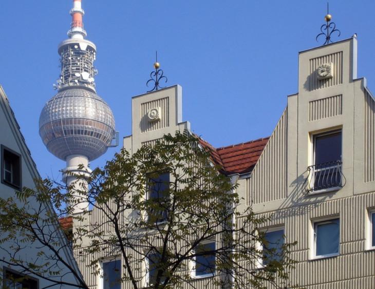 Manfred Brückels-Újjáépített historizáló formák, háttérben a modern Berlin jelképe a tévétorony.