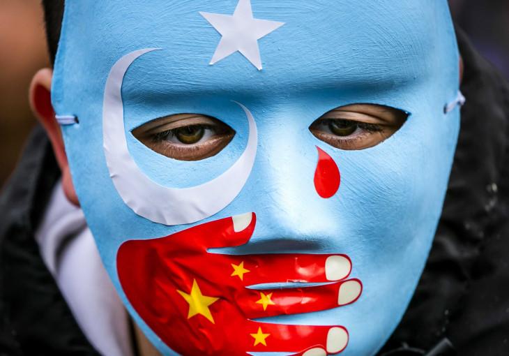 MTI/EPA-ANP/Remko De Waal-A hollandiában élő ujgur közösség tagjai és szimpatizánsaik kelet-turkesztáni zászlókat lengetve tiltakoznak a Hszincsiang-Ujgur Autonóm Területen élő ujgur nemzetiség emberi jogainak feltételezett megsértése ellen Amszterdamban 2019. december 29-én.