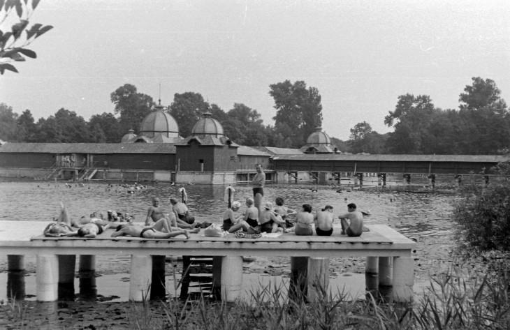 Fortepan-A Hévízi-tó partján az 1960-as években