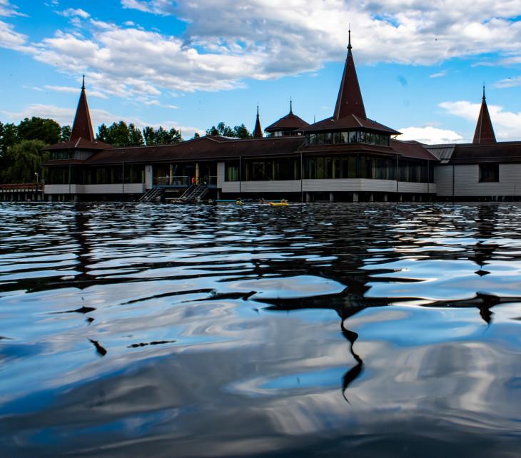 Nyírő András-A Hévízi-tó két karatnén között