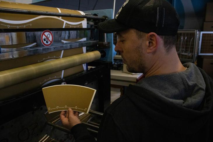 Hajónapló-A tekercsből kivágta a gép a megfelelő méretű anyagot, ezután a hegesztőbe kerül, ahol a pohár elnyeri végleges formáját