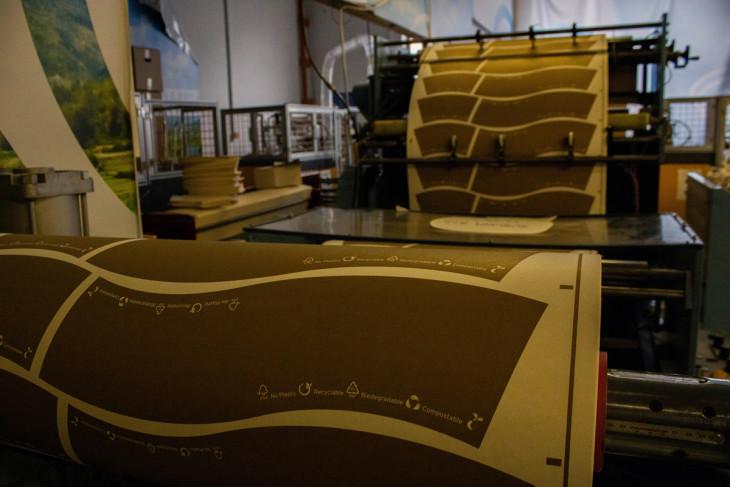 Hajónapló-A stancológép éppen kivágja a komposztálható pohár formáját