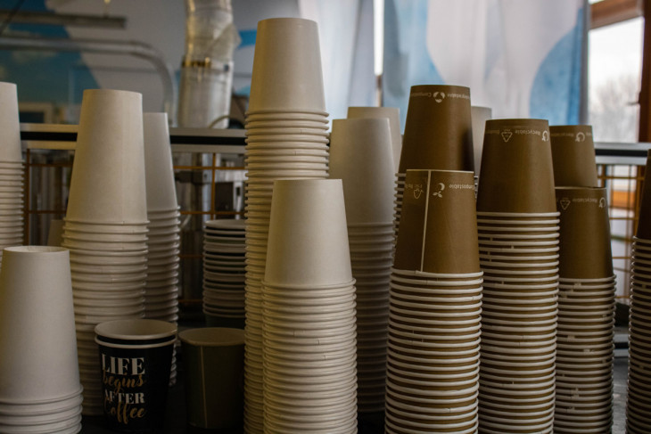 Hajónapló-Néhány különböző méretű pohár, amelyek minőségellenőrzésen esnek majd át